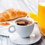 Croissant café au petit déjeuner